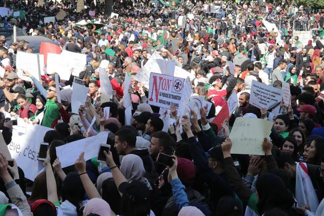 Miles de argelinos protestan contra el intento de Buteflika de seguir en el cargo