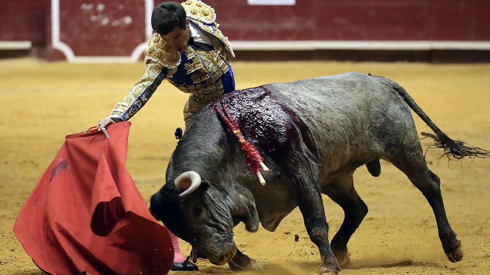 Rubén Pinar ante el encastado sexto de Victorino, al que cortó las dos orejas