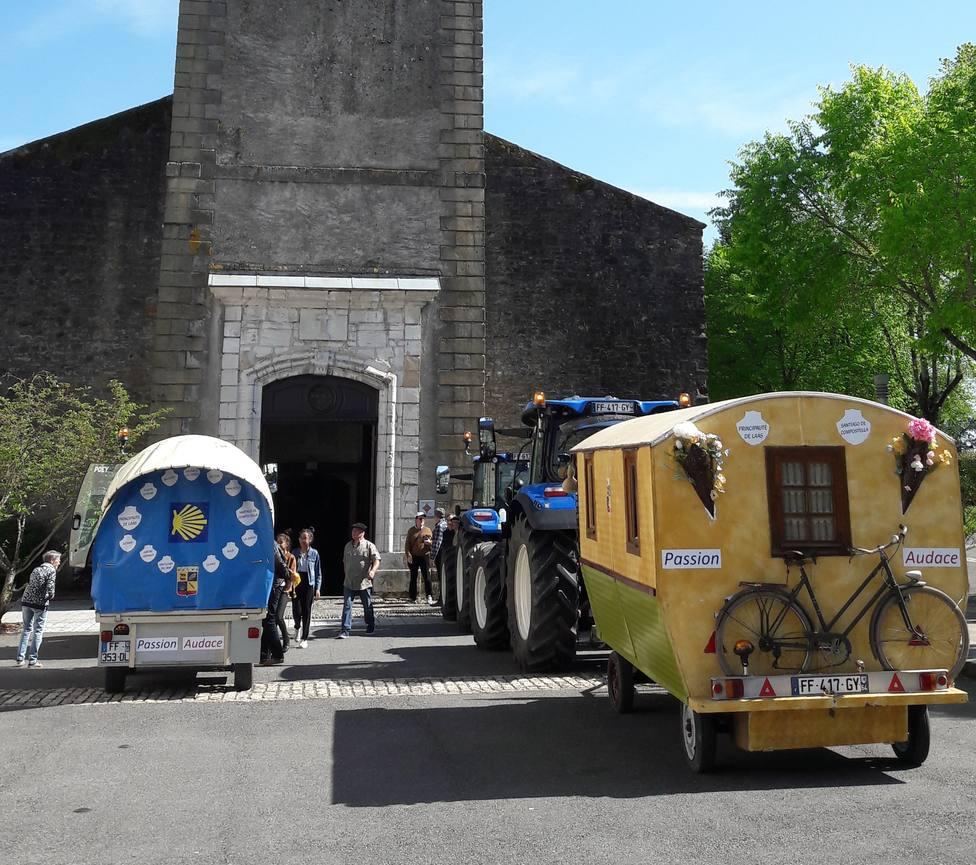 Peregrinos en tractor.