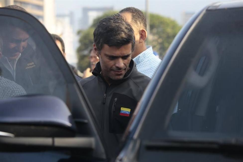 El abogado de Leopoldo López estuvo a punto de ser detenido en Venezuela pero logró salir del país, según su bufete