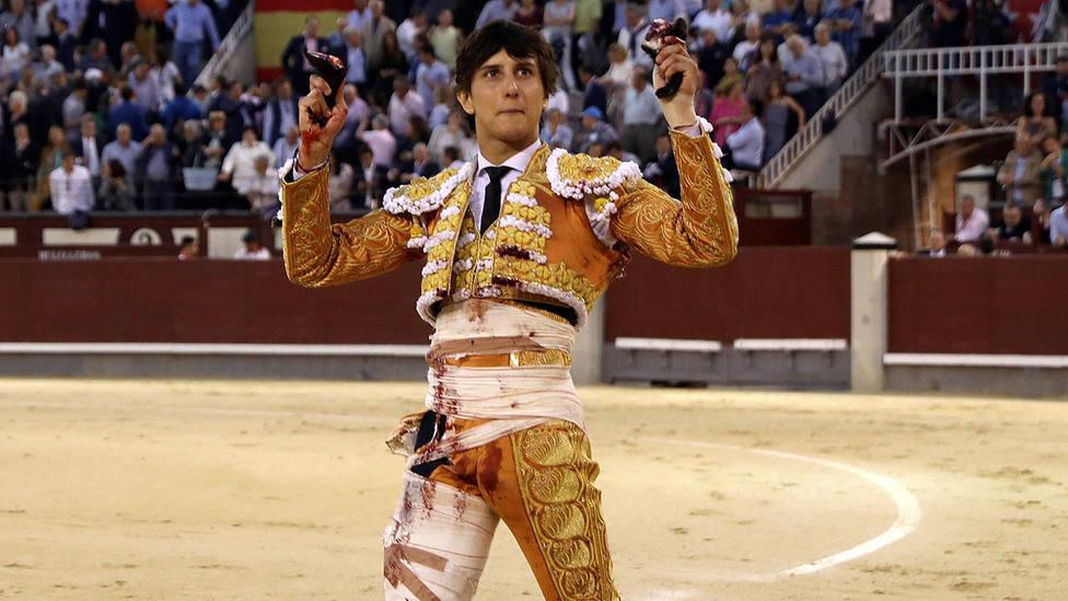 Andrés Roca Rey con las dos orejas cortadas este miércoles en Las Ventas