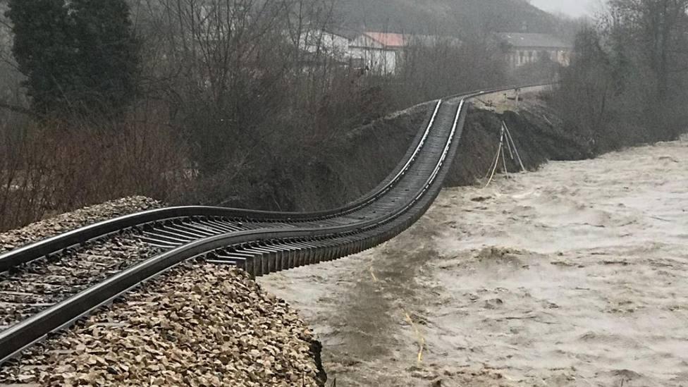 Estado en el que quedó la vía en Cabañaquinta tras la riada