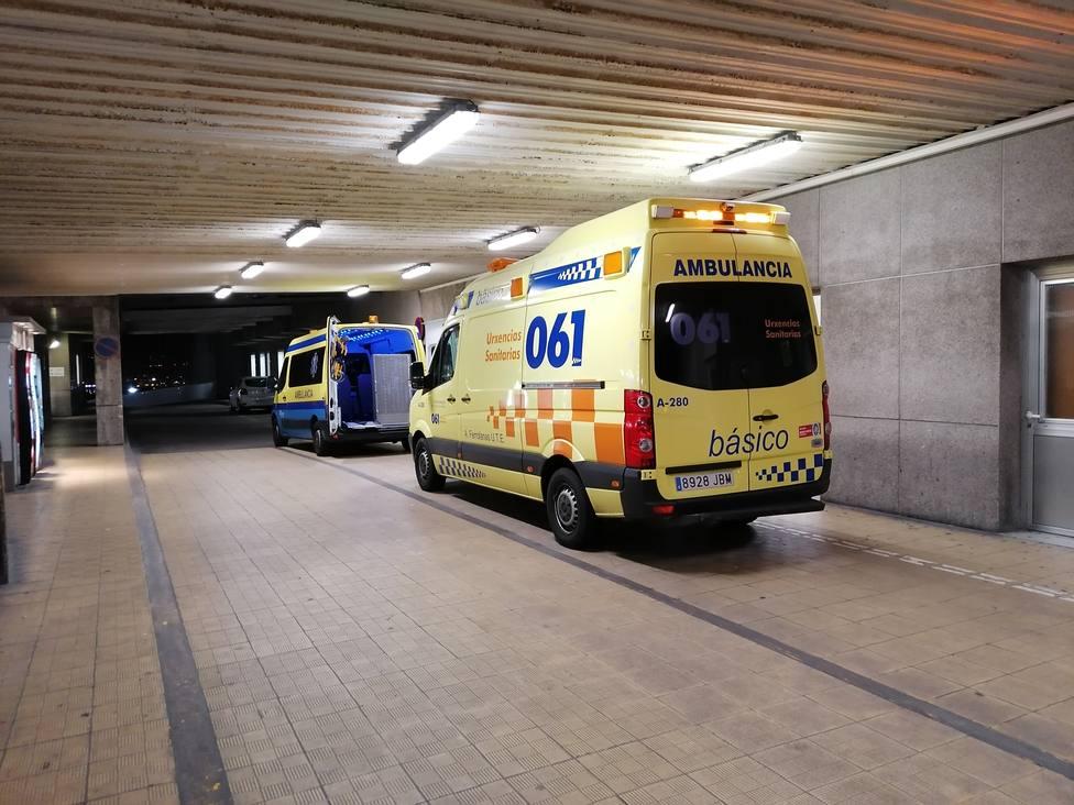 Foto de archivo de una ambulancia del 061 en la zona de urgencias del Hospital Arquitecto Marcide de Ferrol