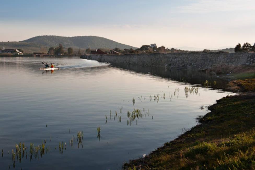 El Lago de Proserpina de Mérida aparece en el listado de zonas de baño autorizadas. Foto: Ayto de Mérida