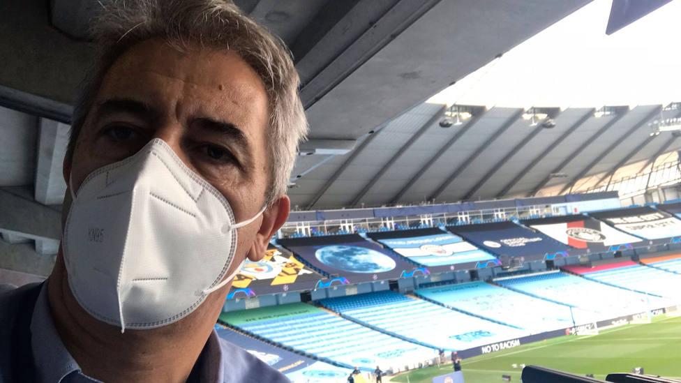 Manolo Lama, en el puesto de Tiempo de Juego en el City of Manchester Stadium
