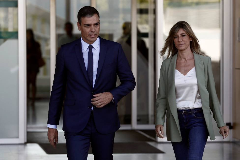 La mujer de Pedro Sánchez reaparece tras la polémica manifestación del 8-M con un llamativo look