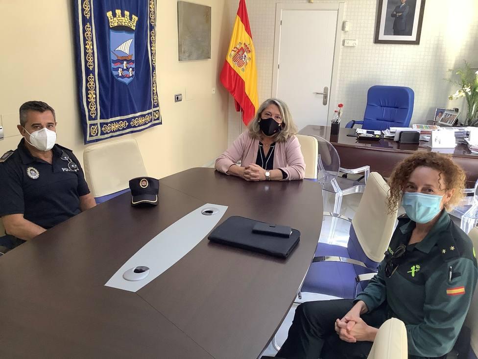 ALCALDESA JUNTO A LOS JEFES DE LA GUARDIA CIVIL Y POLICIA LOCAL ALMUÑECAR
