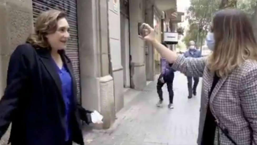 Ada Colau sin mascarilla mientras grababa un video en la calle