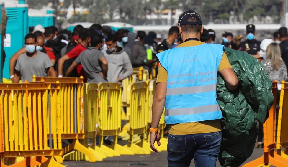 El muelle de Arguineguín alberga a 860 inmigrantes después de los traslados a carpas y centros de acogida