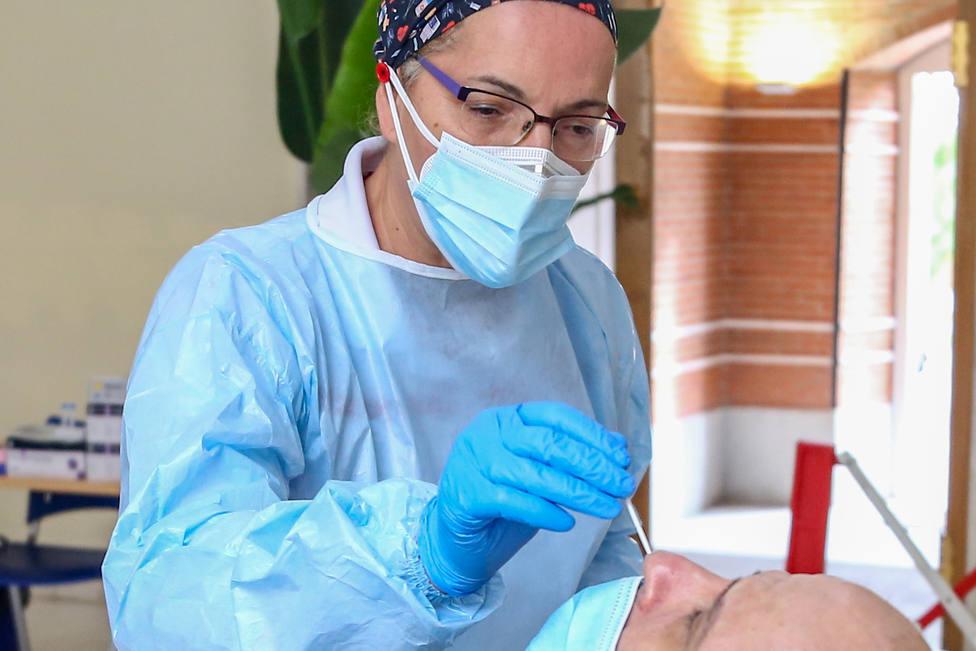 Foto de archivo de una sanitaria haciendo una prueba antígenos - FOTO: Europa Press / Ricardo Rubio
