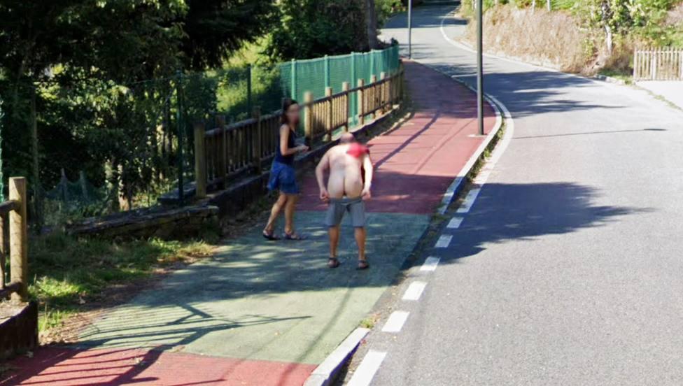 El hombre haciendo un calvo al paso del coche de Google Maps - FOTO: Google Maps