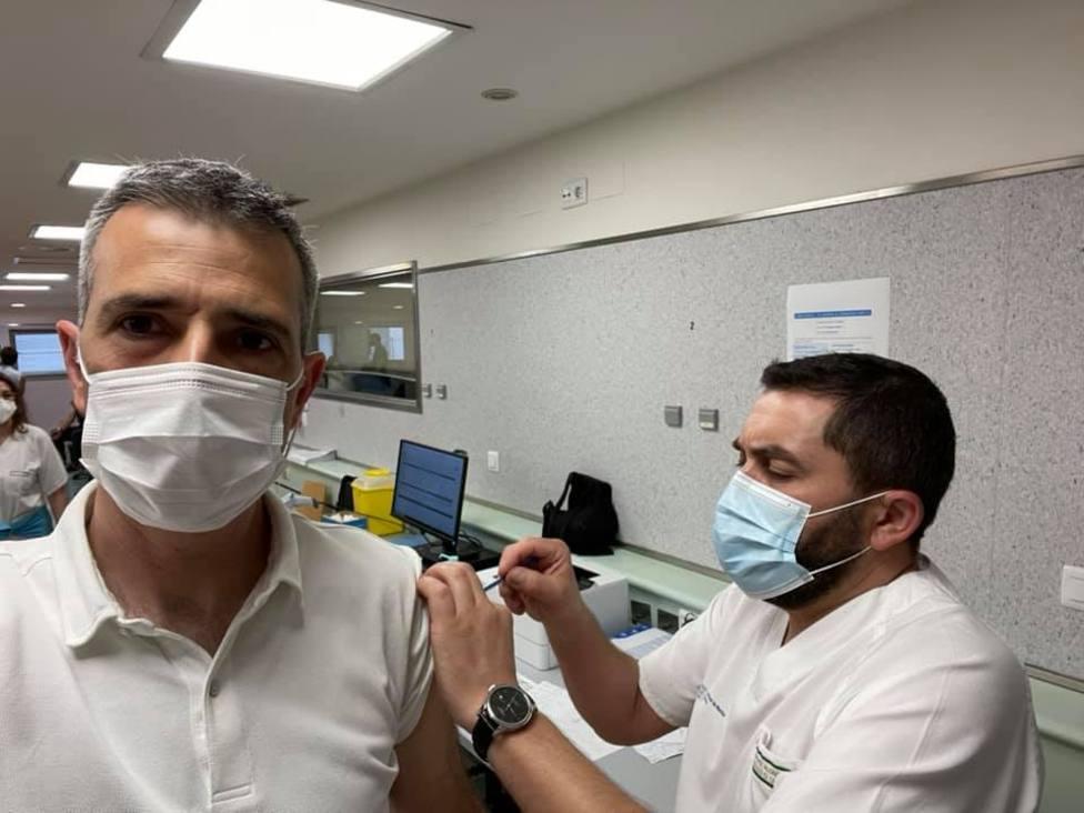 El alcalde de Ribadeo recibe la primera dosis de la vacuna de la COVID