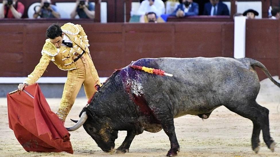 Sergio Serrano durante la faena de muleta al quinto toro de Victorino, al que ha cortado una oreja