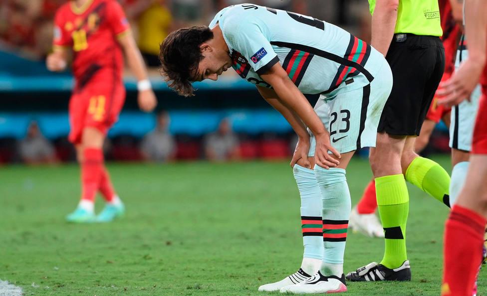 Joao Félix se duele durante el partido de octavos ante Bélgica (EFE)