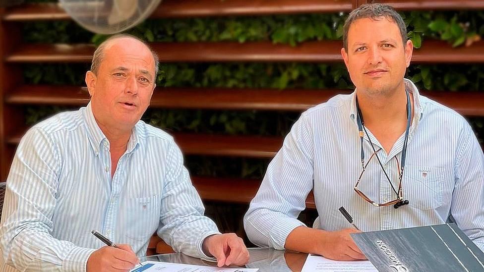 Juan Carlos Gómez y Alberto García durante la firma del acuerdo