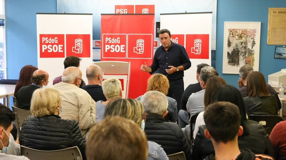 Valentín González Formoso, candidato a la secretaría xeral del PSdeG, en un encuentro con la militancia en Foz