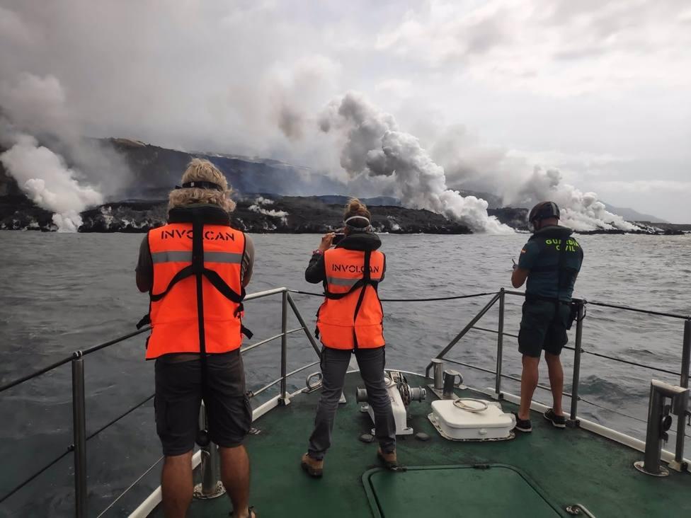 Científicos del Involcan toman medidas de SO2 del delta lávico del volcán de La Palma desde una patrullera de la Guardia Civil