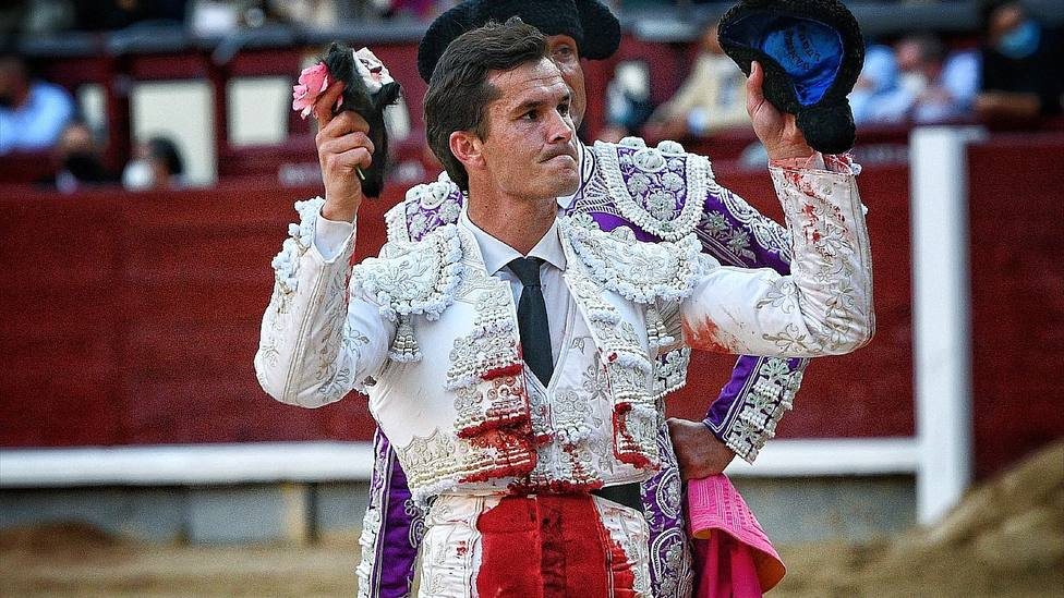 Daniel Luque con la oreja cortada este domingo en la Feria de Otoño