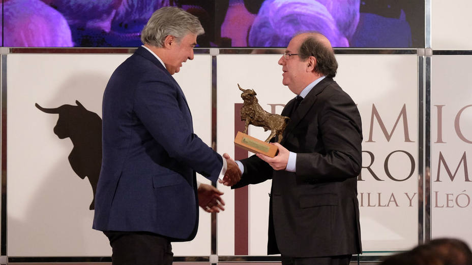 Juan Ignacio Pérez-Tabernero recogiendo el III Premio de Tauromaquia de manos de Juan Vicente Herrera