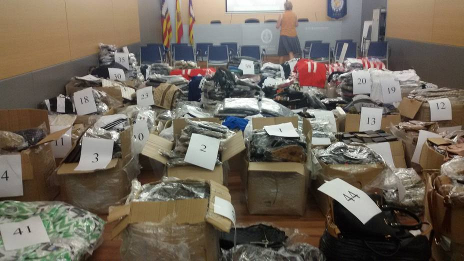 Más de 8.000 artículos falsificados intervenidos en una operación conjunta entre la policía local de Palma y