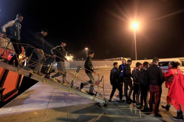 Varios inmigrantes de origen marroquí y subsahariano a su llegada al puerto de Algeciras