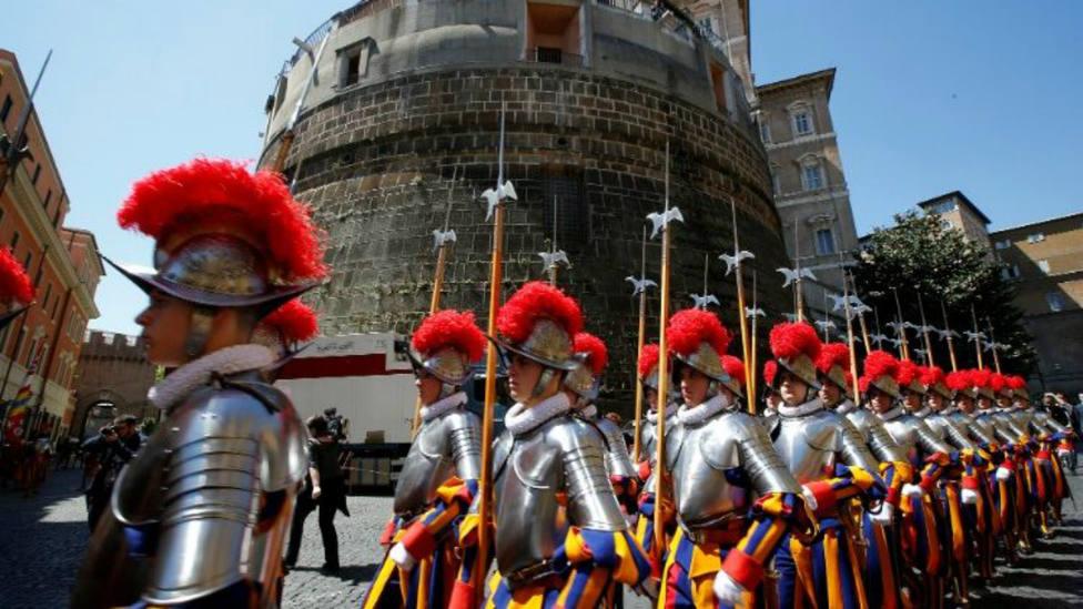 La Guardia Suiza desfila delante de la entrada del IOR