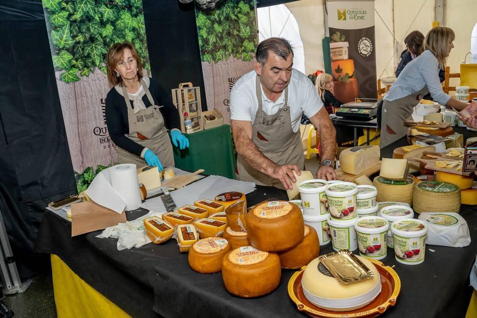 Raimundo Meizoso, en primer término, jefe de ventas, con Ana Prieto a la izquierda - FOTO: Mundito Carballo