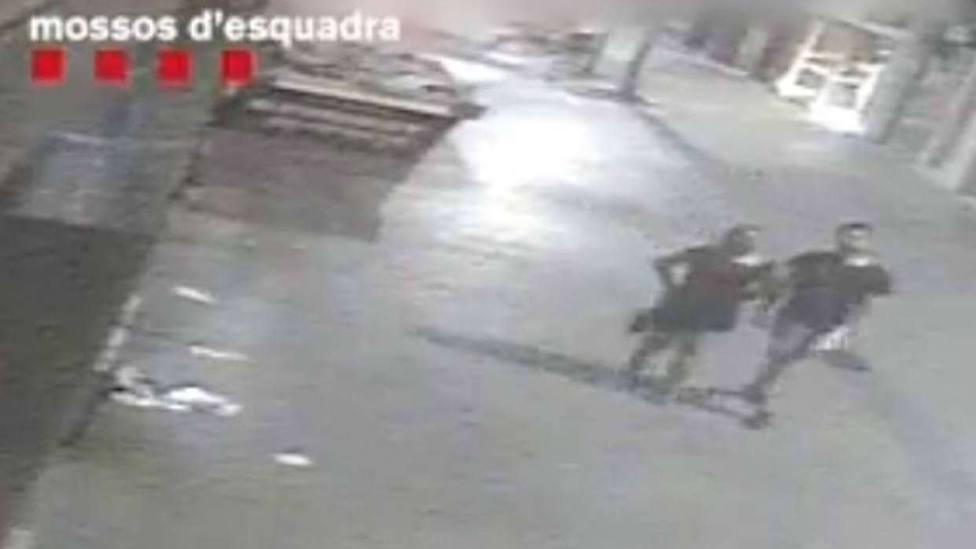 Fotograma del vídeo difundido por los Mossos para localizar al asesino