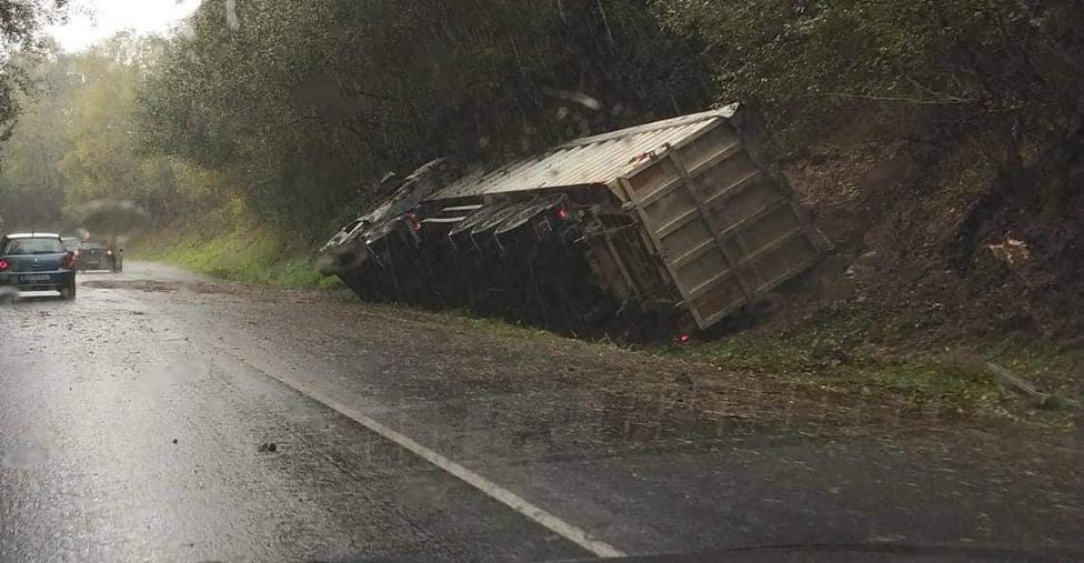 El vuelco del vehículo articulado se produjo en el lugar de Perillón - FOTO: Tráfico Ferrolterra