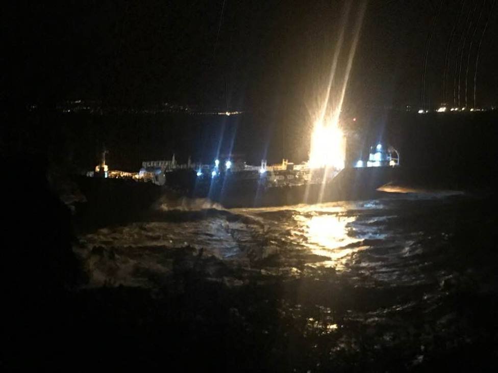 El buque Blue Star visto desde tierra y ya encallado en la zona de costa - FOTO: Julio Iglesias