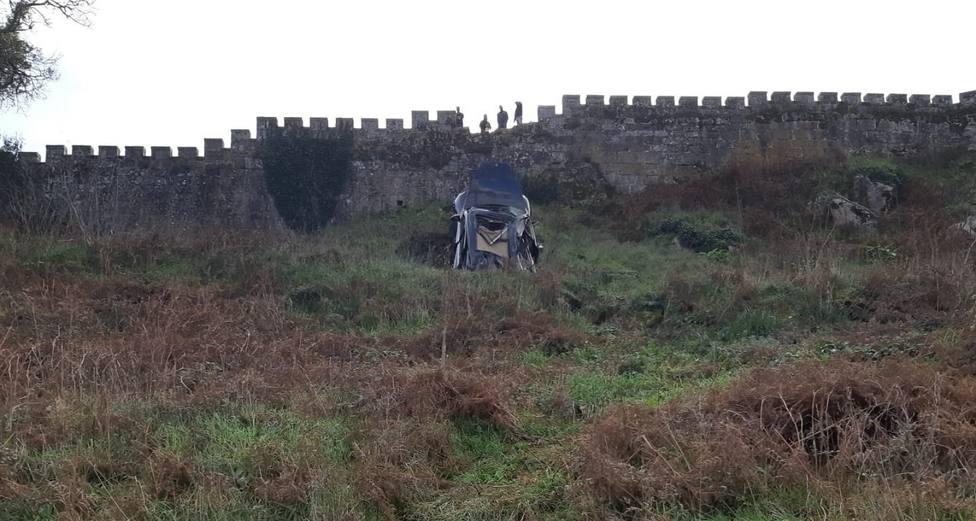 Caída del vehículo desde lo alto del Parador de Baiona (Pontevedra)