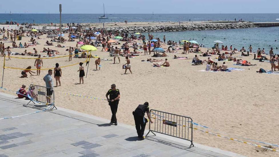 Guardia Urbana cierra cinco playas de Barcelona por aglomeración de bañistas