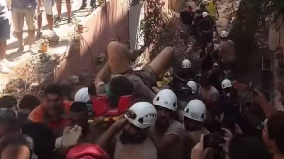 El sorprendente momento en el que un joven es rescatado con vida entre los escombros de Beirut