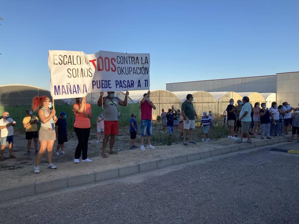 Los vecinos de Castillo de Escalona llaman al resto de urbanizaciones a unirse contra los ocupas del pueblo toledano