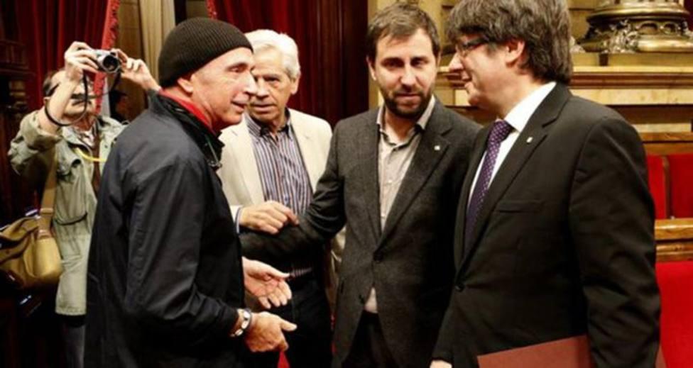 Lluís Llach en la imagen con Puigdemont y Comín en el Parlament de Cataluña