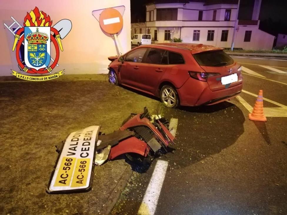 El vehículo acabó colisionando contra una edificación - FOTO: SPEIS Narón