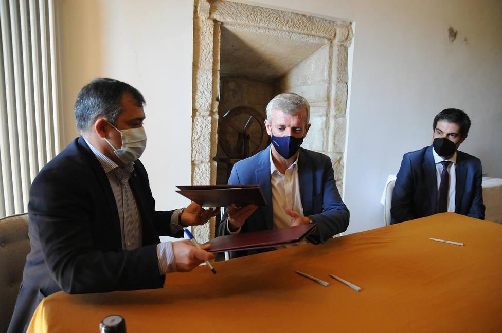 El Vicepresidente de la Xunta y el alcalde de Monterrei en la firma del convenio