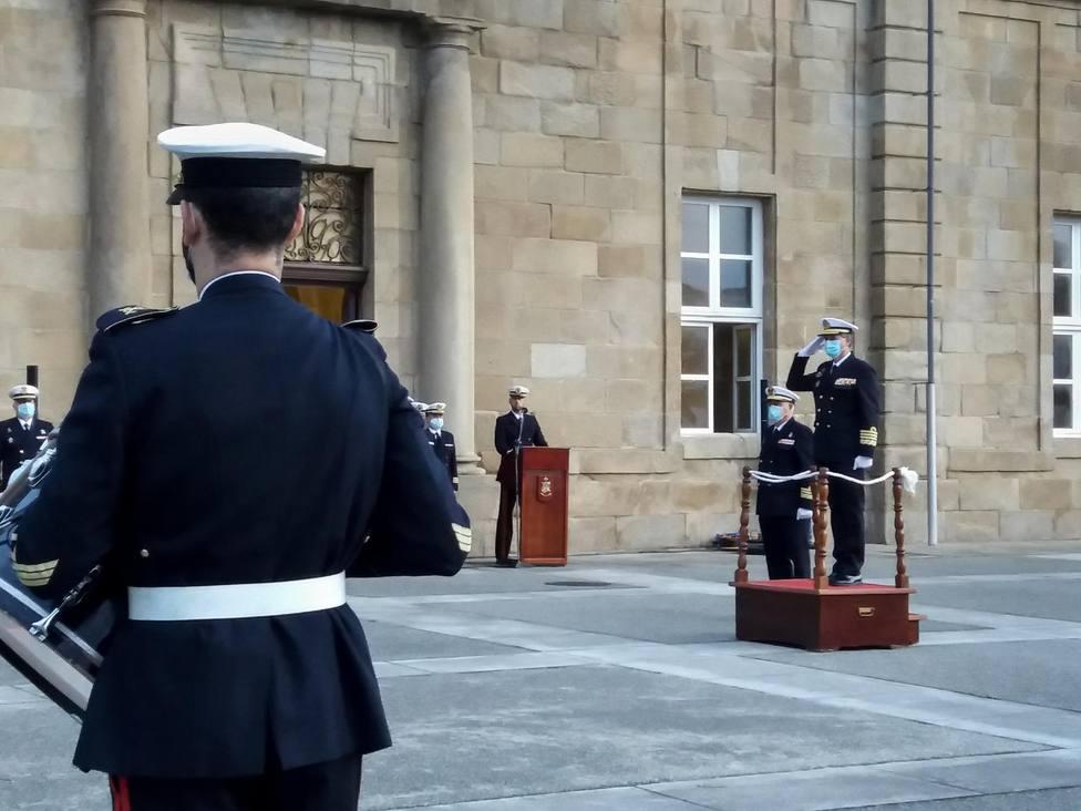 El almirante jefe de Apoyo Logístico saludando en el Arsenal Militar de Ferrol - FOTO: Armada