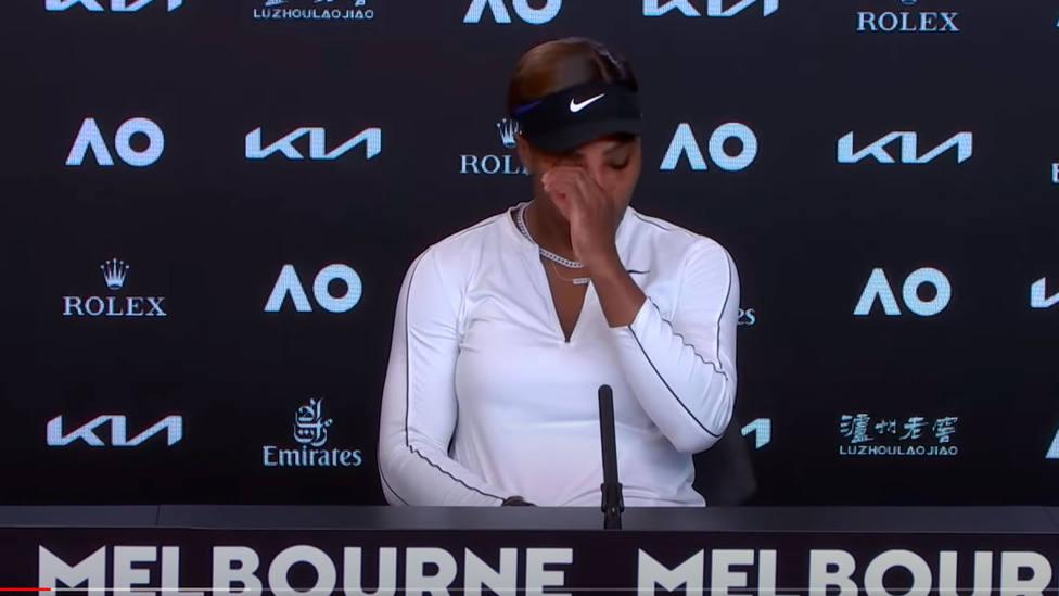 Serena Williams llora en la rueda de prensa posterior al partido ante Osaka en el Open de Australia