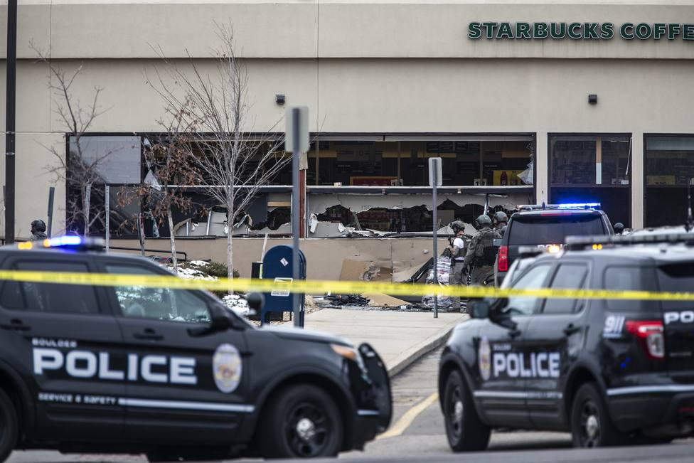 Diez fallecidos, incluido un policía, en un tiroteo en un centro comercial a las afueras de Denver