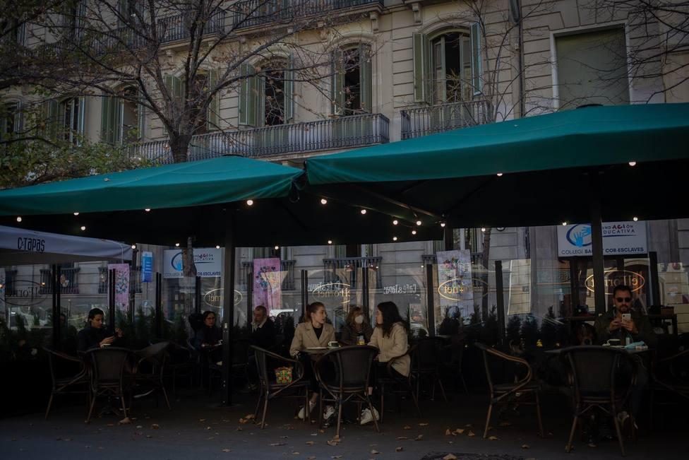 Varias personas en una terraza dentro del horario de apertura - David Zorrakino - Europa Press - Archivo