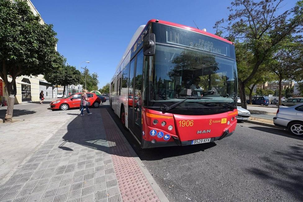 Sevilla.- Convocada huelga y caravana de coches este viernes en Tussam con servicios mínimos del 25% en horas punta