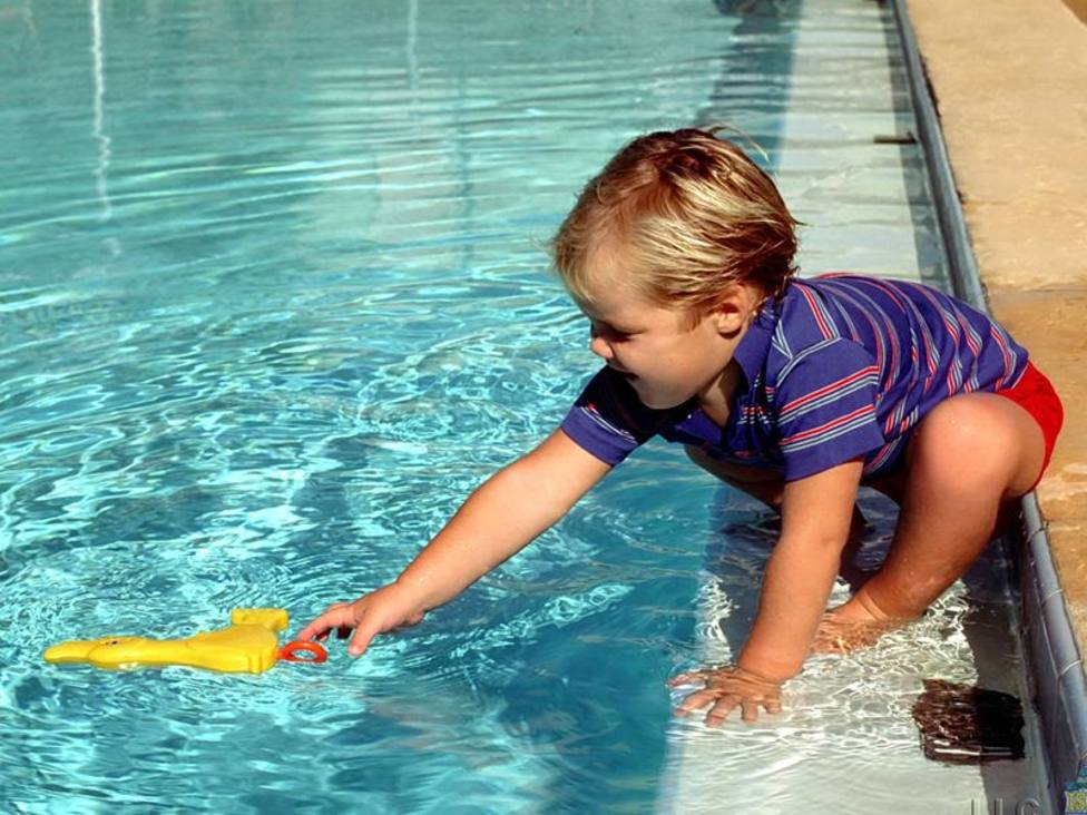 ctv-f59-nio-borde-piscina