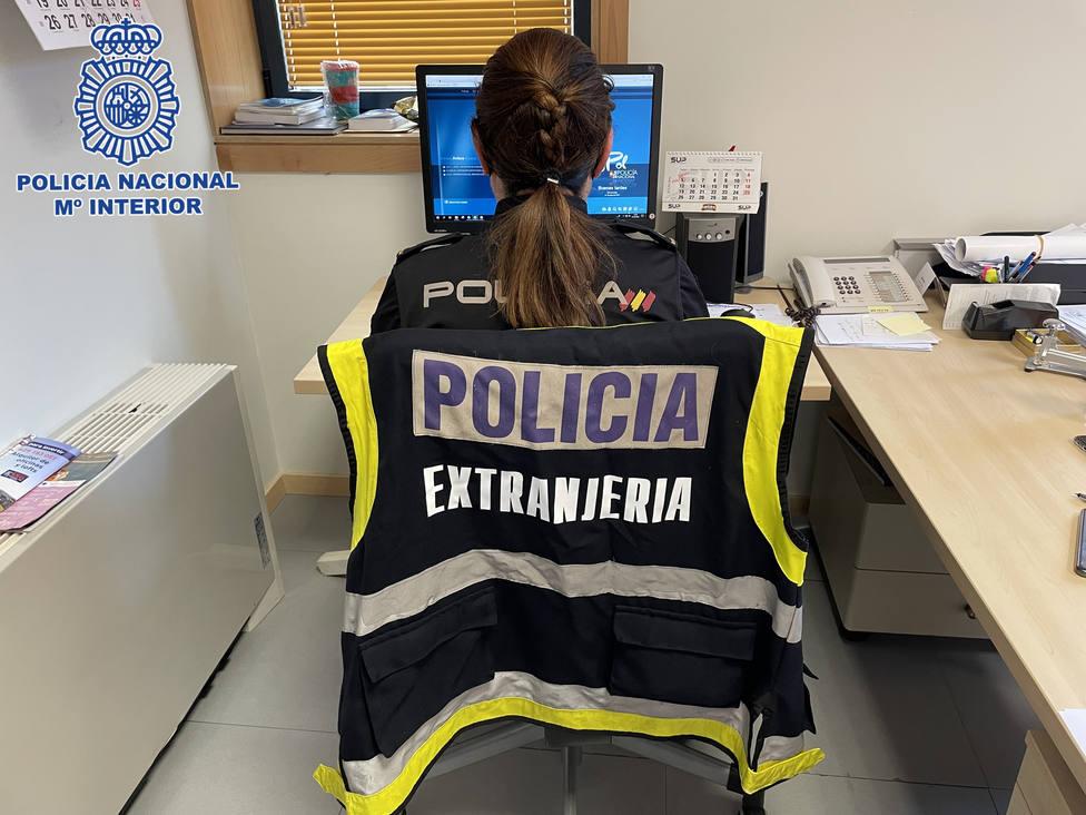 Una policía de extranjería trabajando en el caso