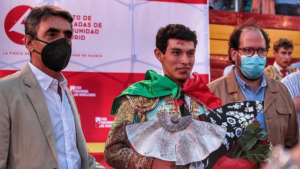 Isaac Fonseca recogiendo el trofeo como ganador del Circuito de Novilladas de la Comunidad de Madrid