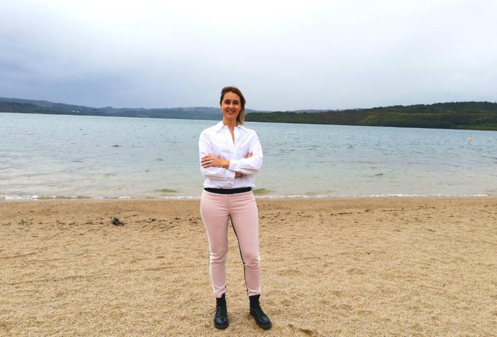 La concejala de Turismo de As Pontes, Elena López, en la playa del lago - FOTO: Concello de As Pontes