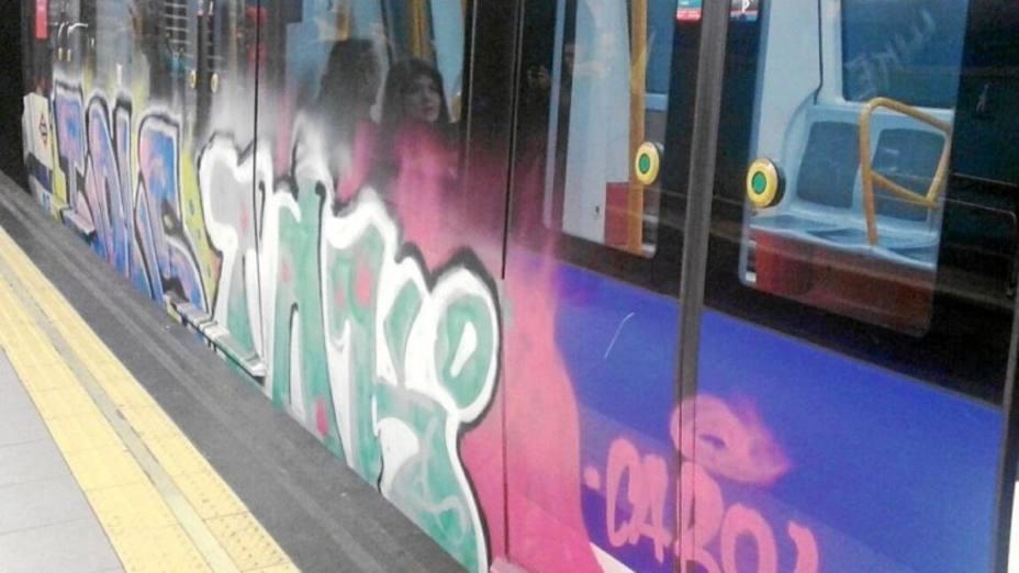 Metro de Madrid gasta un millón de euros al año en la limpieza de grafitis