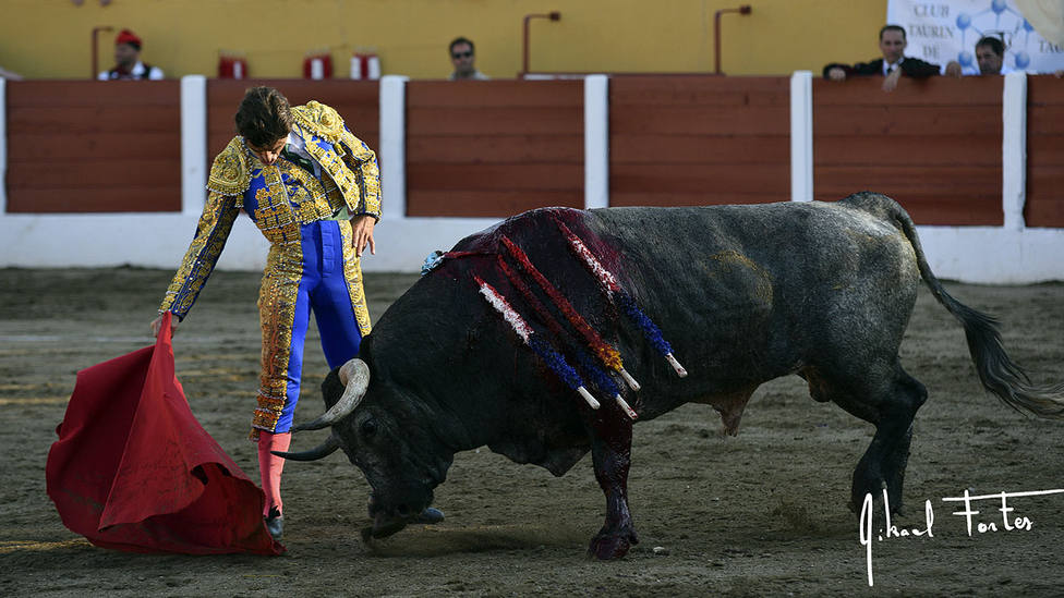 Derechazo de Fernando Robleño a unos de los toros de Saltillo lidiados este domingo en Ceret