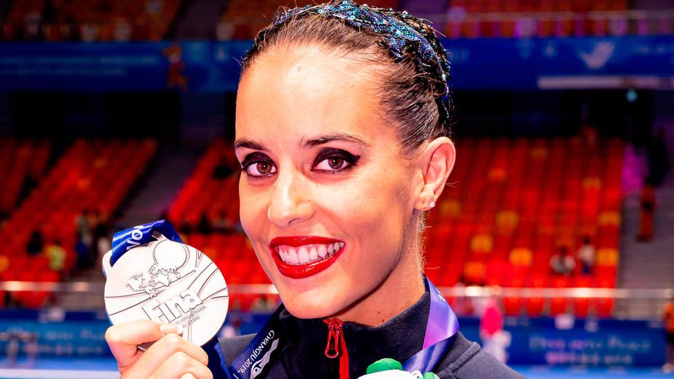 Ona Carbonell, con una de las medallas de plata conseguidas en el Mundial de Guangzhou. CORDONPRESS