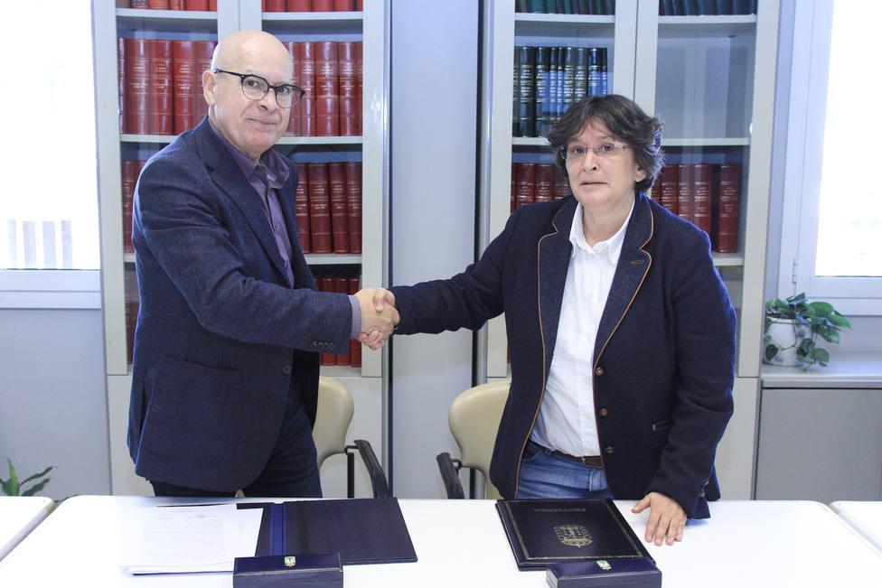 El vicepresidente de la Diputación, Xose Regueira, con Pilar Díaz, alcaldesa de Mugardos - FOTO: Diputación